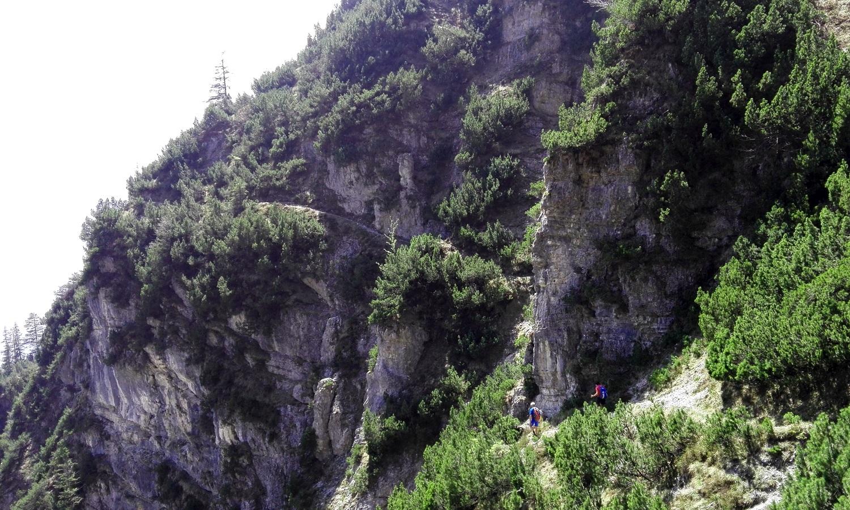 Die Wanderung an der Kramer-Südseite führt über viele verschiedene kleine Steige