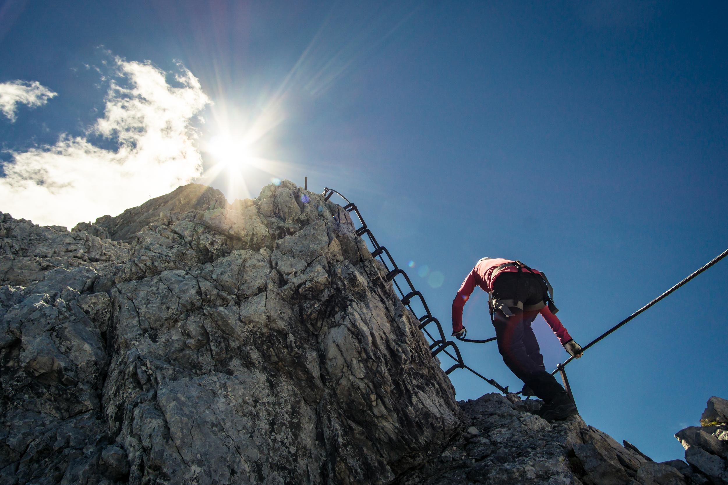 Klettergurt Englisch : Klettergurt auf englisch: kleiner junge im stockfoto